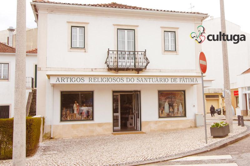 O que fazer em Fátima: lojas para comprar medalhinhas no Santuário de Fátima, em Portugal
