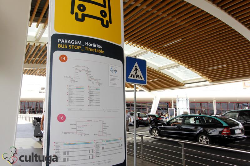 No ponto de ônibus, dentro do próprio aeroporto, há uma tabela com os horários para chegar ao centro. Foto: Priscila Roque/ Cultuga