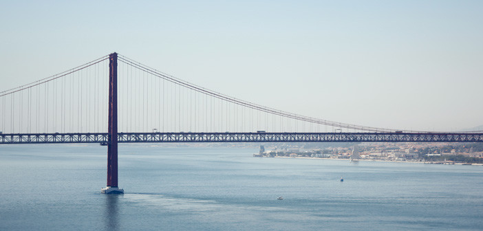 Faça um passeio de barco no rio Tejo em Lisboa