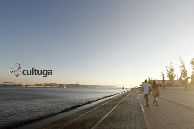 Verão em Portugal: fim de tarde de verão em Lisboa, na Ribeira das Naus
