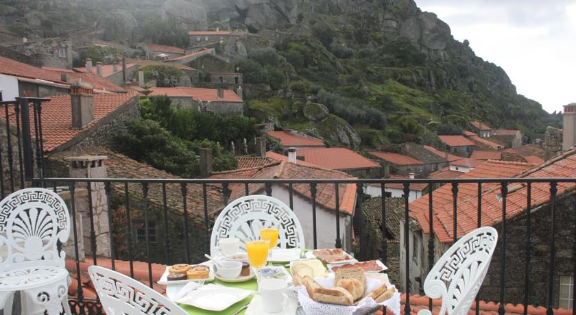 Área exterior da Casa do Miradouro, na aldeia histórica de Monsanto