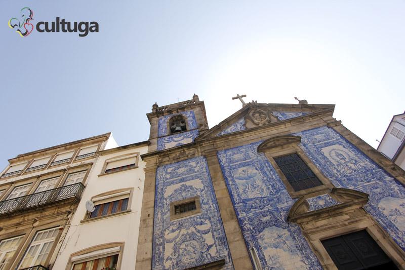 Fachada da Capela das Almas no Porto, Portugal