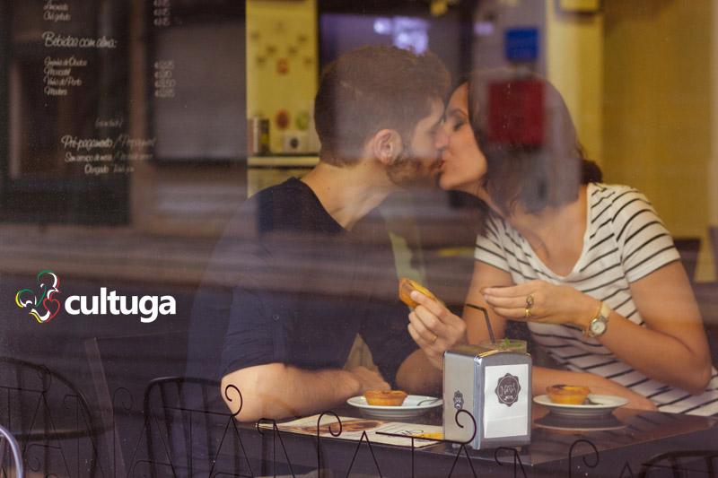 sessao_fotografica_em_Lisboa_casal_cafe_pastel_de_nata_fotografa_brasileira_Cultuga_session_Lisbon_couple_love_fotografa_de_viagem_book_de_ferias_Portugal_5