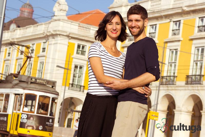 sessao_fotografica_em_Lisboa_casal_eletrico_pracadocomercio_fotografa_brasileira_Cultuga_session_Lisbon_couple_love_fotografa_de_viagem_book_de_ferias_Portugal_6