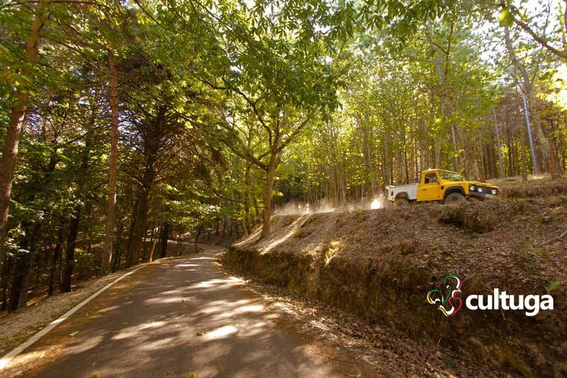 Carro passa por estrada que liga as Aldeias do Xisto, na Serra da Lousã