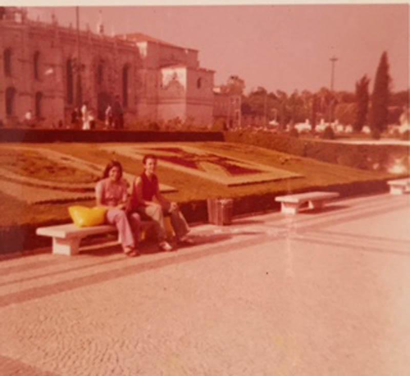 Rita e Filó no Jardim do Império, junto ao Mosteiro dos Jerónimos, em Belém