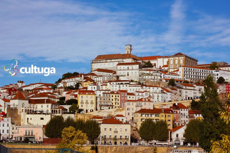 Paisagem de Coimbra com edifícios antigos do centro histórico