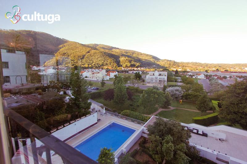 Do salão de café da manhã, vemos também a piscina e o jardim do hotel