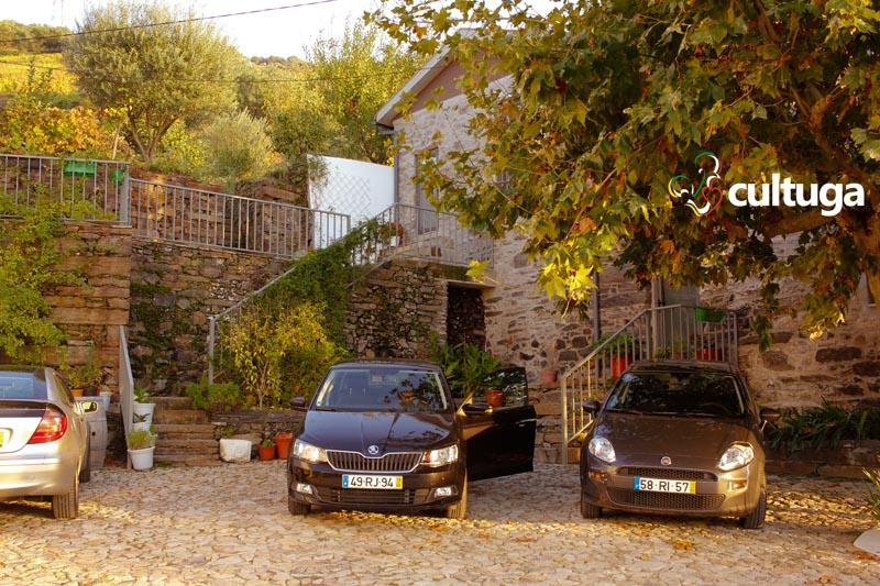 onde-dormir-vale-do-douro-casa-do-romezal-estacionamento