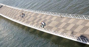 Passadiço no Parque das Nações sobre o rio Tejo, em Lisboa