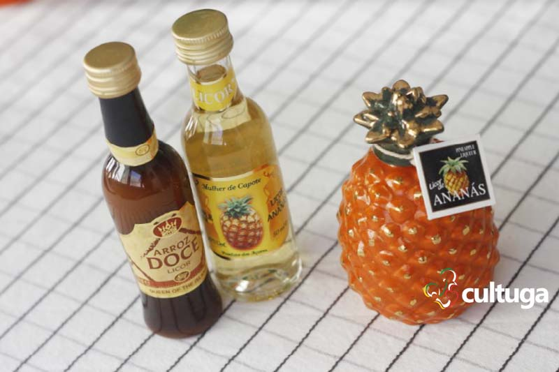 Produtos típicos dos Açores: licores mulher de capote
