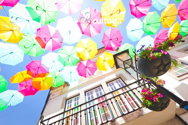 Ruas com as sombrinhas coloridas de Águeda, em Portugal