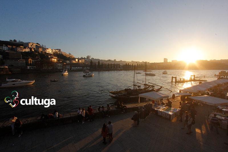 Pôr-do-sol na Ribeira, na cidade do Porto, Portugal