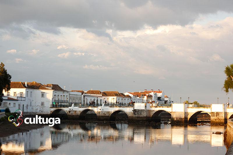 Ponte Romana de Tavira sobre o rio Gilão, no Algarve, Portugal